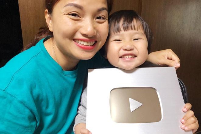 Bé Sa và mẹ Quỳnh Trần JP