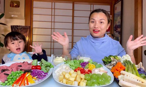 Sa cùng mẹ trong video