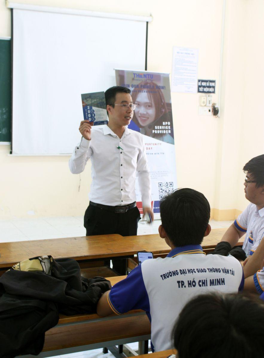 nhân sự đang hướng dẫn sinh viên áp dụng công nghệ vào tìm việc